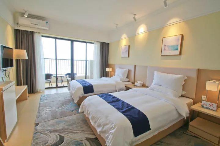 酒店位于保利海陵岛度假村内f区6栋 拥有温泉区群,汇聚银滩海景,温泉