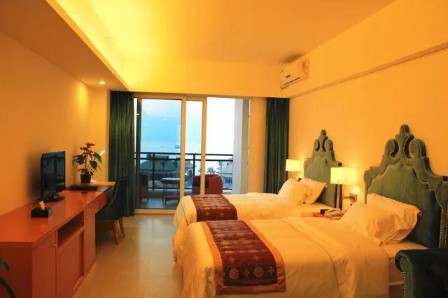 酒店客房设计是结合地中海风格,其房间主以蓝色为主题,加上超大